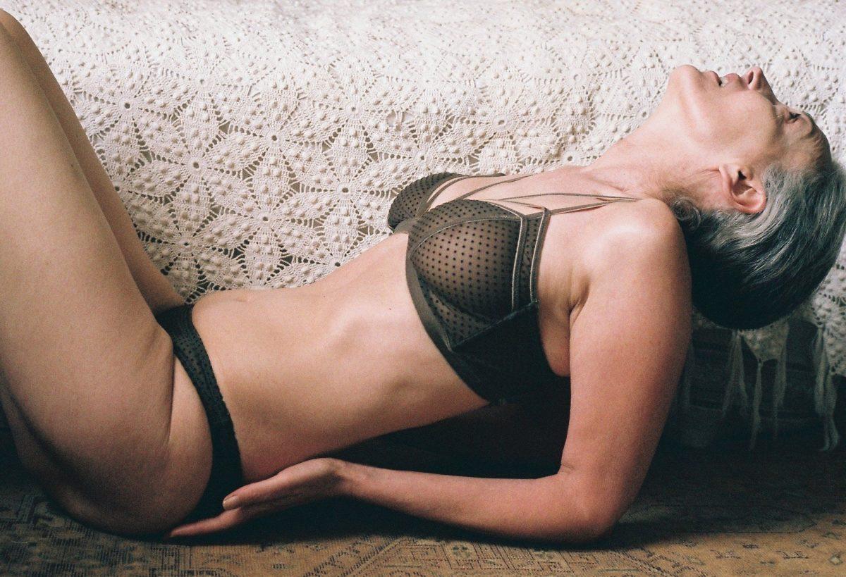 modelo-de-57-anos-posa-para-campanha-de-lingerie