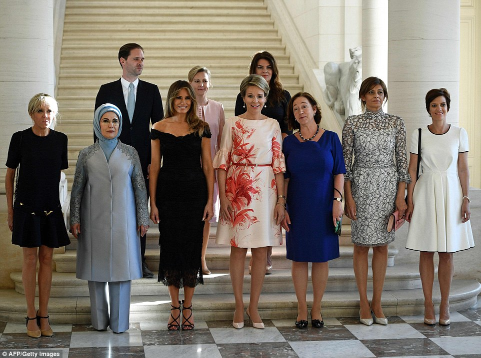 https://www.janeisatomas.com.br/wp-content/uploads/2017/05/40CA861400000578-4546046-At_the_palace_Melania_posed_for_photos_with_front_row_from_L_to_-a-10_1496083476262.jpg