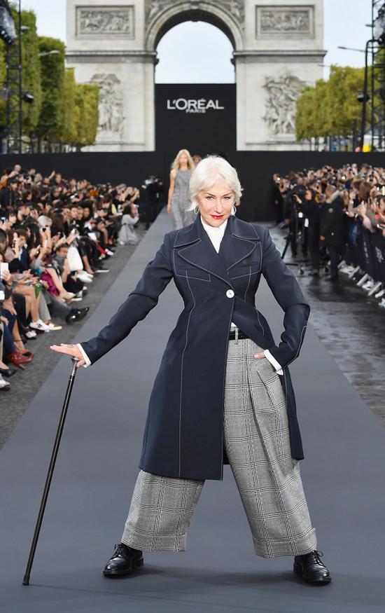 jane-fonda-e-helen-mirren-brilharam-na-passarela-da-paris-fashion-week