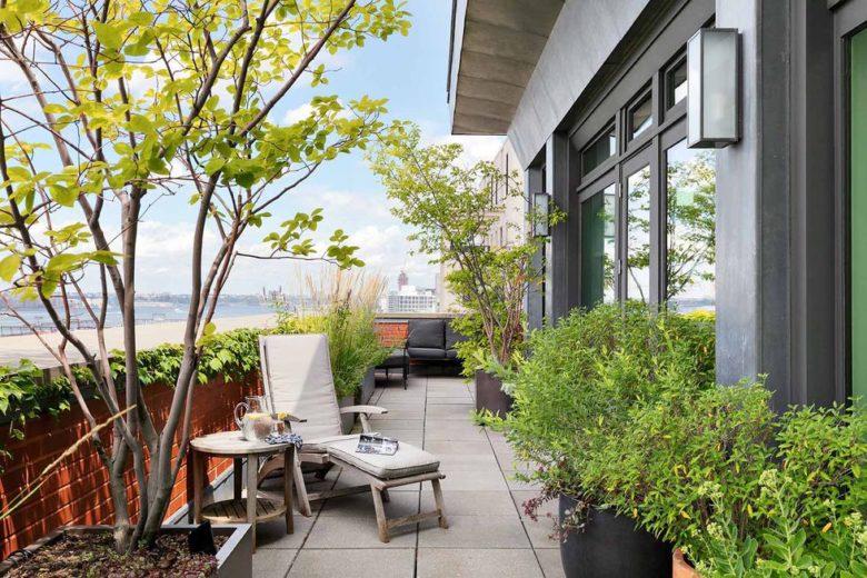 8 A cobertura é cercada em três lados por um terraço de 3 metros de largura.